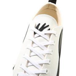 McQ Alexander McQueen PLIMSOLL LOW Tenisówki i Trampki white/black. Białe tenisówki męskie McQ Alexander McQueen, z materiału. W wyprzedaży za 551,20 zł.