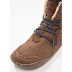 Camper Botki medium brown. Brązowe buty zimowe damskie Camper, z materiału. W wyprzedaży za 583,20 zł.