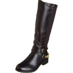 Kozaki w kolorze czarnym. Czarne buty zimowe damskie Divine Factory, na płaskiej podeszwie. W wyprzedaży za 130,95 zł.