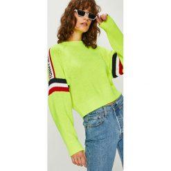 Tommy Jeans - Sweter. Zielone swetry klasyczne damskie marki Tommy Jeans, l, z dzianiny, z okrągłym kołnierzem. Za 539,90 zł.