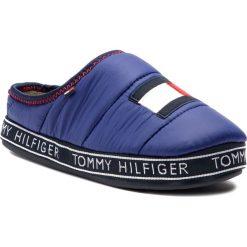 Kapcie TOMMY HILFIGER - Flag Patch Downslipper FM0FM02004 Solidateblue 435. Niebieskie kapcie męskie TOMMY HILFIGER, z materiału. Za 229,00 zł.