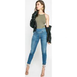 Guess Jeans - Jeansy. Niebieskie jeansy damskie marki Guess Jeans, z aplikacjami, z bawełny, z podwyższonym stanem. W wyprzedaży za 399,90 zł.