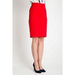 Czerwona ołówkowa spódnica QUIOSQUE. Czerwone spódniczki dzianinowe marki QUIOSQUE, s, ołówkowe. W wyprzedaży za 59,99 zł.