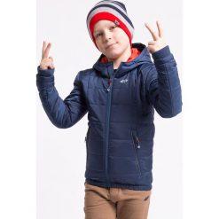 Kurtka puchowa dla małych chłopców JKUM106z - granatowy. Niebieskie kurtki chłopięce przejściowe marki 4F JUNIOR, na jesień, z dzianiny, z kapturem. Za 119,99 zł.
