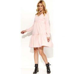 Pudrowa Sukienka Oversize z Falbankami. Różowe sukienki balowe marki numoco, l, z dekoltem w łódkę, oversize. Za 124,90 zł.