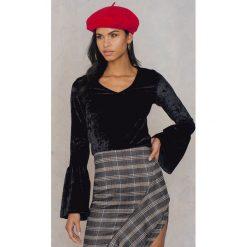 NA-KD Party Aksamitny sweter z falbaniastym rękawem - Black. Czarne swetry klasyczne damskie marki NA-KD Party, z elastanu. W wyprzedaży za 48,59 zł.