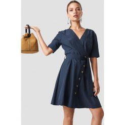 Trendyol Kopertowa sukienka z guzikami - Navy. Niebieskie sukienki na komunię Trendyol, w paski, z kopertowym dekoltem, midi, kopertowe. Za 80,95 zł.