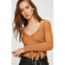 Guess Jeans - Sweter. Brązowe swetry klasyczne damskie Guess Jeans, m, z dzianiny. Za 369,90 zł.