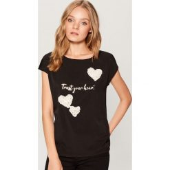 Koszulka z kwiatową aplikacją - Czarny. Czarne t-shirty damskie Mohito, l, z aplikacjami. Za 59,99 zł.