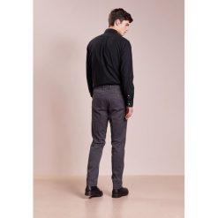 Polo Ralph Lauren SLIM FIT NEWPORT PANT Spodnie materiałowe infinte grey. Szare chinosy męskie Polo Ralph Lauren, z bawełny. W wyprzedaży za 353,40 zł.