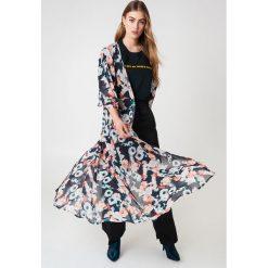 NA-KD Boho Szyfonowa sukienka płaszczowa - Multicolor. Niebieskie długie sukienki marki NA-KD Boho, na imprezę, w koronkowe wzory, z koronki, boho, na ramiączkach. Za 133,95 zł.