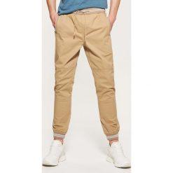 Spodnie męskie: Joggery z kontrastowymi wstawkami – Beżowy