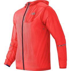 """Kurtka """"Lite"""" w kolorze koralowym do biegania. Czerwone kurtki do biegania męskie New Balance, m, z materiału. W wyprzedaży za 259,95 zł."""