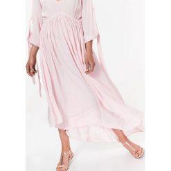 ASYMETRYCZNA SUKIENKA DAMSKA Z WIĄZANIAMI NA RĘKAWACH. Szare długie sukienki marki Top Secret, na lato, eleganckie, z asymetrycznym kołnierzem, z długim rękawem, asymetryczne. Za 84,99 zł.