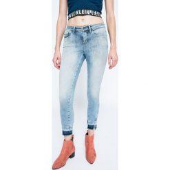 Calvin Klein Jeans - Jeansy. Niebieskie rurki damskie Calvin Klein Jeans, z bawełny. W wyprzedaży za 269,90 zł.
