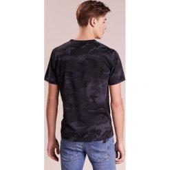DRYKORN NERO Tshirt z nadrukiem camou. Niebieskie koszulki polo marki DRYKORN, m, z dekoltem karo. Za 249,00 zł.