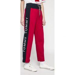 Tommy Jeans - Spodnie. Szare proste jeansy damskie marki Tommy Jeans. W wyprzedaży za 299,90 zł.