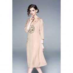 Sukienka w kolorze beżowym. Brązowe sukienki na komunię marki Zeraco, z dekoltem na plecach, midi, proste. W wyprzedaży za 319,95 zł.