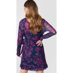 NA-KD Siateczkowa sukienka z falbanką - Purple,Multicolor,Navy. Fioletowe długie sukienki NA-KD, z kopertowym dekoltem, z długim rękawem, kopertowe. W wyprzedaży za 42,59 zł.
