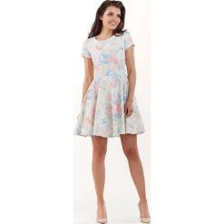 Sukienka w Kwiaty z Rozkloszowanym Dołem - Pastelowa. Brązowe sukienki mini marki Molly.pl, na spotkanie biznesowe, l, w kwiaty, z krótkim rękawem, rozkloszowane. Za 138,90 zł.