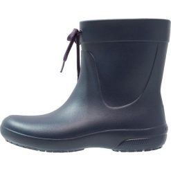 Crocs FREESAIL SHORTY Kalosze navy. Różowe buty zimowe damskie marki Crocs, z materiału. W wyprzedaży za 151,20 zł.
