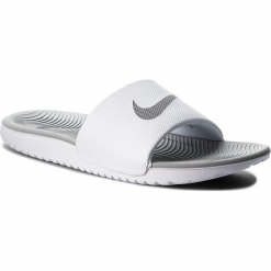 Klapki NIKE - Kawa Slide 834588 100 White/Metallic Silver. Białe klapki damskie Nike, z tworzywa sztucznego. W wyprzedaży za 129,00 zł.