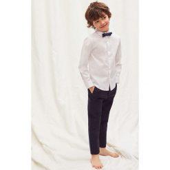 Mango Kids - Koszula dziecięca z muchą 110-164 cm. Szare koszule męskie na spinki marki Guess Jeans, l, z aplikacjami, z bawełny, z klasycznym kołnierzykiem, z długim rękawem. Za 89,90 zł.