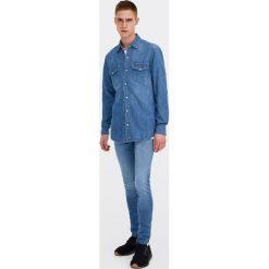 Jeansowa koszula w kowbojskim stylu. Niebieskie koszule męskie jeansowe marki Pull&Bear, m, z długim rękawem. Za 89,90 zł.
