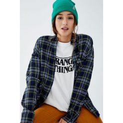 Czarna koszulka Netflix Stranger Things z logo. Czarne t-shirty damskie Pull&Bear. Za 69,90 zł.