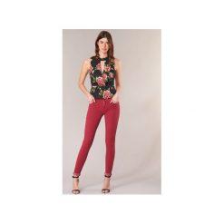 Jeansy slim fit Guess  SANSOPO. Czerwone jeansy damskie relaxed fit marki Guess. Za 351,20 zł.