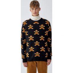 Świąteczny sweter z pierniczkami all over. Czarne swetry klasyczne męskie Pull&Bear, m. Za 109,00 zł.