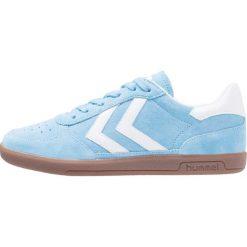 Hummel VICTORY Tenisówki i Trampki heritage blue. Niebieskie tenisówki damskie marki Hummel, z materiału. W wyprzedaży za 239,25 zł.