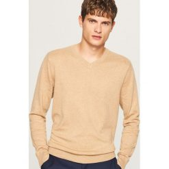Sweter z dekoltem w serek - Beżowy. Brązowe swetry klasyczne męskie Reserved, l, z dekoltem w serek. Za 79,99 zł.