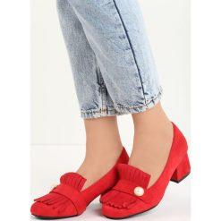 Czerwone Czółenka Silas. Czerwone buty ślubne damskie Born2be, w paski, ze skóry, na niskim obcasie, na słupku. Za 59,99 zł.