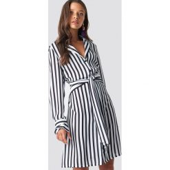 NA-KD Trend Sukienka w paski z wiązaniem - White,Multicolor. Białe sukienki balowe marki NA-KD Trend, w paski, z poliesteru, z klasycznym kołnierzykiem, midi. Za 202,95 zł.