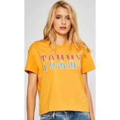 Tommy Jeans - Top. Pomarańczowe topy damskie marki Tommy Jeans, l, z nadrukiem, z bawełny, z okrągłym kołnierzem. W wyprzedaży za 129,90 zł.
