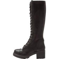 DNA Footwear BV Kozaki na platformie black. Czarne buty zimowe damskie marki Kazar, z futra, przed kolano, na wysokim obcasie, na koturnie. W wyprzedaży za 439,20 zł.