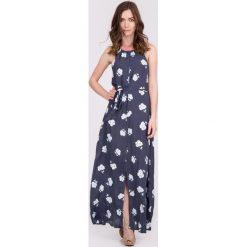 Granatowa sukienka maxi wiązana w pasie QUIOSQUE. Szare długie sukienki QUIOSQUE, w kwiaty, z tkaniny, bez rękawów, proste. W wyprzedaży za 59,99 zł.