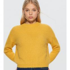 Krótki sweter - Żółty. Żółte swetry klasyczne damskie marki Cropp, l. Za 89,99 zł.