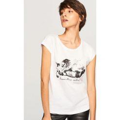 T-shirt z kotem - Biały. Białe t-shirty damskie marki Reserved, l. Za 29,99 zł.