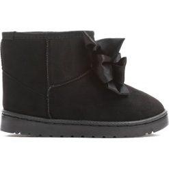 Czarne Śniegowce Swag. Czarne kozaki dziewczęce marki Born2be, z materiału, z okrągłym noskiem, na płaskiej podeszwie. Za 49,99 zł.