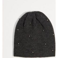Czapka z dżetami - Szary. Czerwone czapki zimowe damskie marki Mohito, z bawełny. Za 29,99 zł.