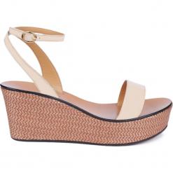 Sandały. Brązowe sandały damskie Gino Rossi, w paski, z lakierowanej skóry, na koturnie. Za 99,90 zł.