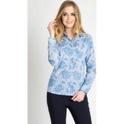 Koszula w niebieskie kwiaty QUIOSQUE. Niebieskie koszule jeansowe damskie QUIOSQUE, w kwiaty, biznesowe, z klasycznym kołnierzykiem. W wyprzedaży za 49,99 zł.
