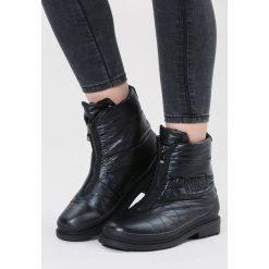 Czarne Śniegowce In Winter. Czarne buty zimowe damskie vices, z materiału, z okrągłym noskiem, na obcasie. Za 129,99 zł.