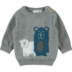 """Sweter """"Sanno"""" w kolorze szarym. Szare swetry chłopięce Name it Baby, z aplikacjami, z bawełny, z okrągłym kołnierzem. W wyprzedaży za 42,95 zł."""