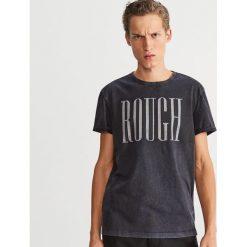 Bawełniany T-shirt z nadrukiem - Szary. Szare t-shirty męskie z nadrukiem Reserved, l, z bawełny. Za 49,99 zł.