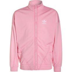 Adidas Originals NMD Kurtka sportowa light pink/white. Szare kurtki dziewczęce marki adidas Originals, na co dzień, z nadrukiem, z bawełny, casualowe, z okrągłym kołnierzem, proste. W wyprzedaży za 199,20 zł.