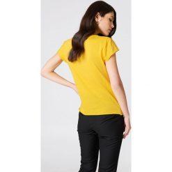 NA-KD T-shirt Darlin' - Yellow. Żółte t-shirty damskie NA-KD, z napisami, z okrągłym kołnierzem. Za 60,95 zł.