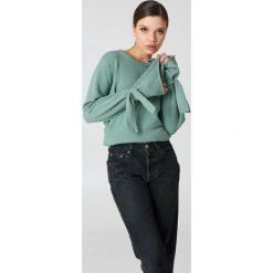 Swetry damskie: NA-KD Sweter z dzianiny z wiązanym rękawem - Green